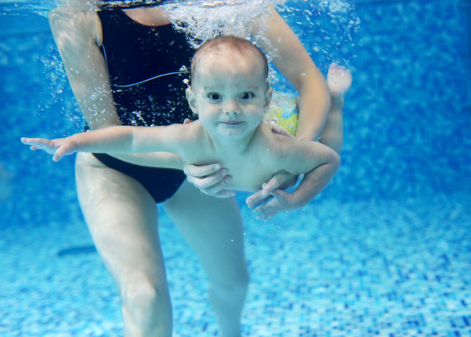 małę dziecko pływa pod woda